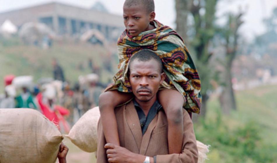Ein Vater und sein Sohn fliehen vor der Gewalt während des Völkermords in Ruanda. Foto: AFP