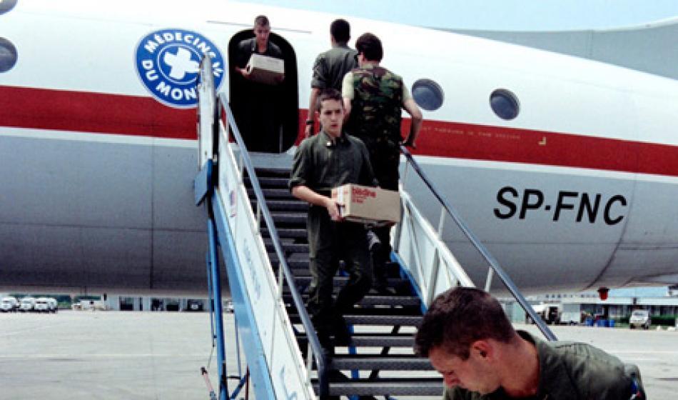 UN-Blauhelme helfen bei der Annahme von medizinischem Material am Flughafen Sarajevo. Foto: Ärzte der Welt