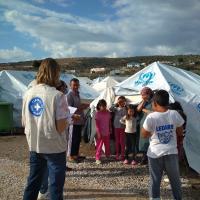 Ärzte der Welt-Mitarbeiter*innen mit Flüchtlingen auf der Insel Lesbos. Foto: Yiannis Yiannakopolous