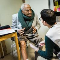 Ein älterer Man wird in einer belgischen Praxis von Ärzte der Welt versorgt. Foto: Kristof Vadino