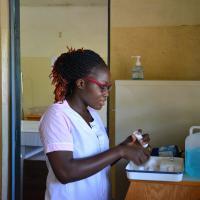 Eine Hebamme in Sarakawa in Togo reinigt ihre Hände. Foto: Ärzte der Welt