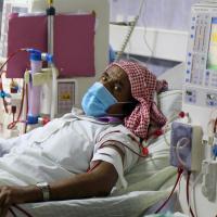 Die Bevölkerung im Jemen leidet extrem unter den Folgen des Krieges. Ein Patient wird im Krankenhaus al-Thawra hospital in der Stadt Taez beatmet. Foto: AHMAD AL-BASHA / AFP