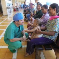 Ein Arzt besucht ein operiertes Kind in Kambodscha. Foto: Ärzte der Welt