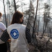 Mitarbeiterinnen von Ärzte der Welt in einer verbrannten Landschaft