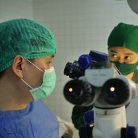 Zwei Augenärzte des Ärzte der Welt-Projekts in Myanmar. Foto: Grüterich/Ärzte der Welt