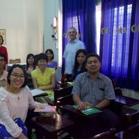 Prof. Schönfeld mit Mitarbeiter(inn)n des Yangon Eye Hospitals