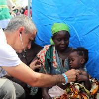 Nach dem Sturm Idai leistet ein Mitarbeiter von Ärzte der Welt medizinische Hilfe.