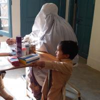 Eine Frau wird in einem pakistanischen Gesundheitszentrum beraten.