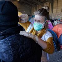 Impfung in einem Camp für Wohnugnslose. Foto: Ärzte der Welt