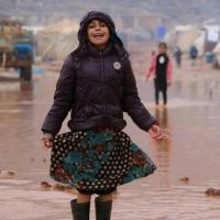 Ein Kind läuft durch das überflutete Camp in der Region Idlib. Foto: Ärzte der Welt Türkei