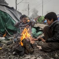 Rauch und Feuer gefährden die Gesundheit der Flüchtlinge. Foto: Olmo Calvo