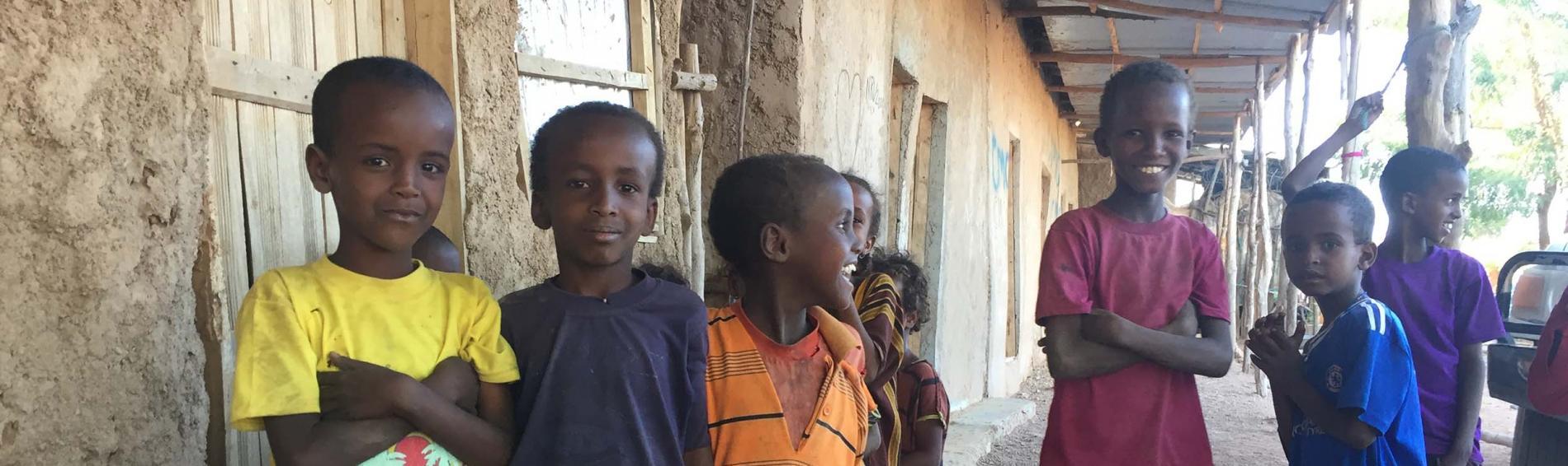 Kinder bei einem Gesundheitszentrum in Lagahida in Äthiopien. Foto: Ärzte der Welt