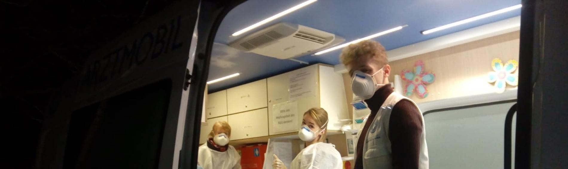 Mitarbeiter*innen von open.med arbeiten zur Zeit mit Schutzmasken