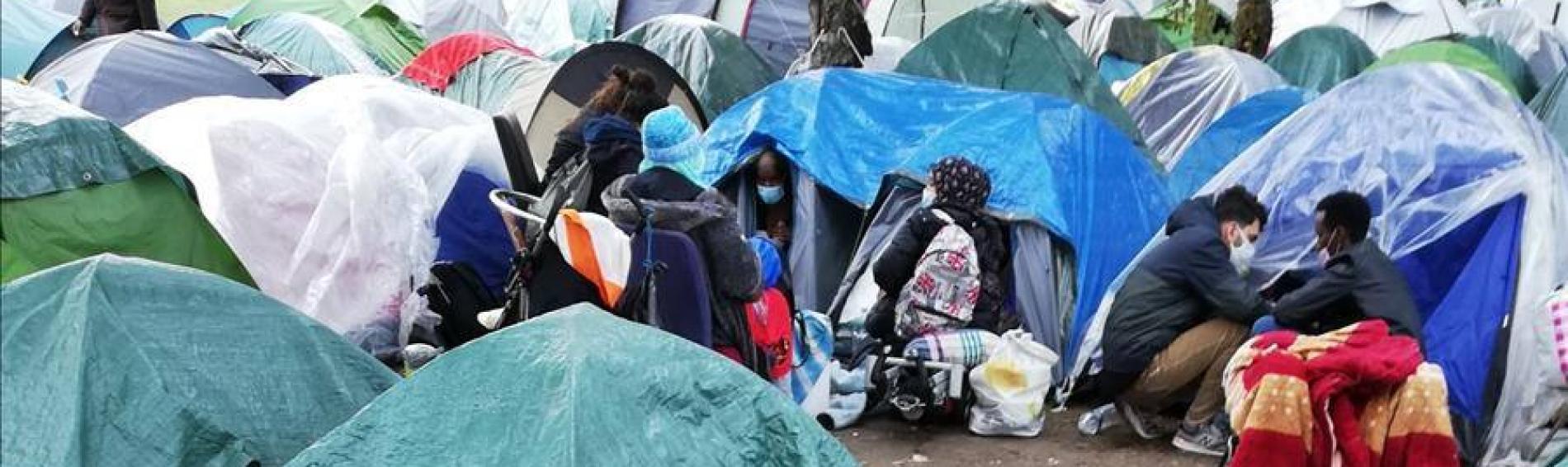 Seit 5 Jahren vollzieht sich im Nordosten von Paris eine Teufelsspirale: Es werden Lager errichtet und von der Polizei zerstört. Das Ende eines jeden Zyklus hat für die Bewohner*innen eine Gemeinsamkeit: dem Fehlen eines Zeltes als Unterkunft.