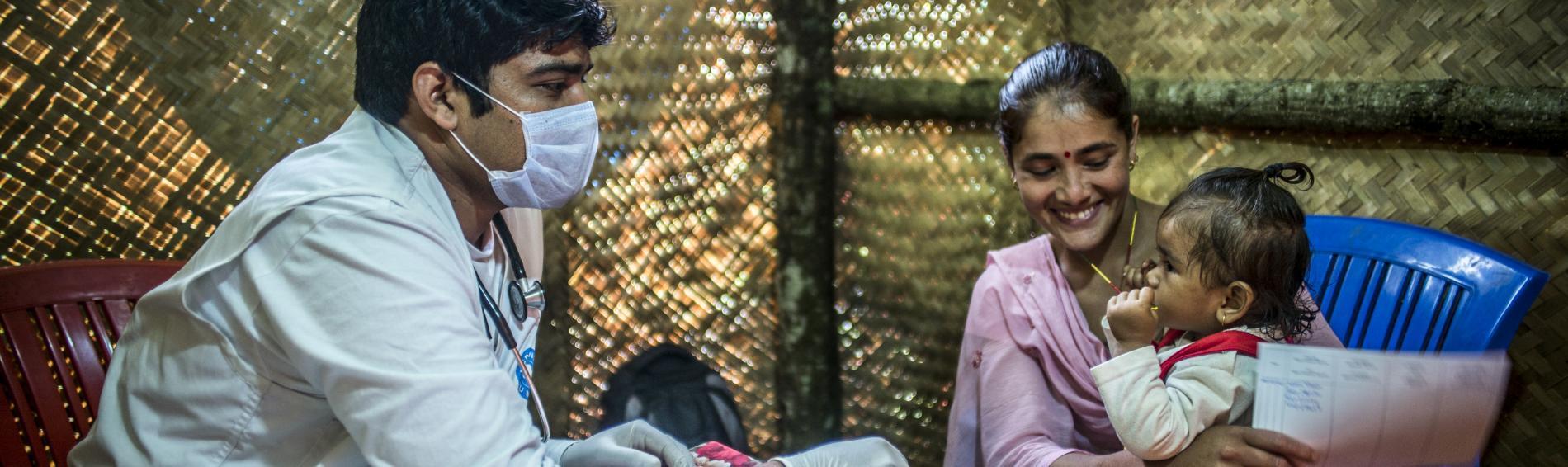 In Nepal untersucht ein Arzt von Ärzte der Welt eine junge Mutter mit ihrer Tochter. Foto: Olivier Papegnies