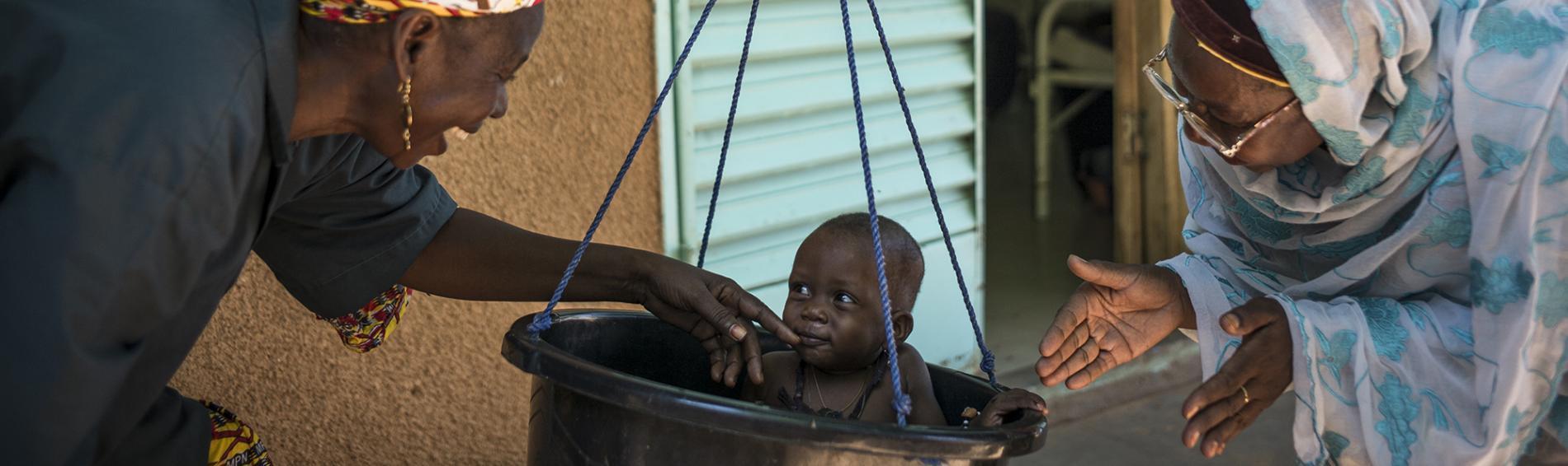 Kind wird auf Mangelernährung untersucht. Foto: Olivier Papegnies