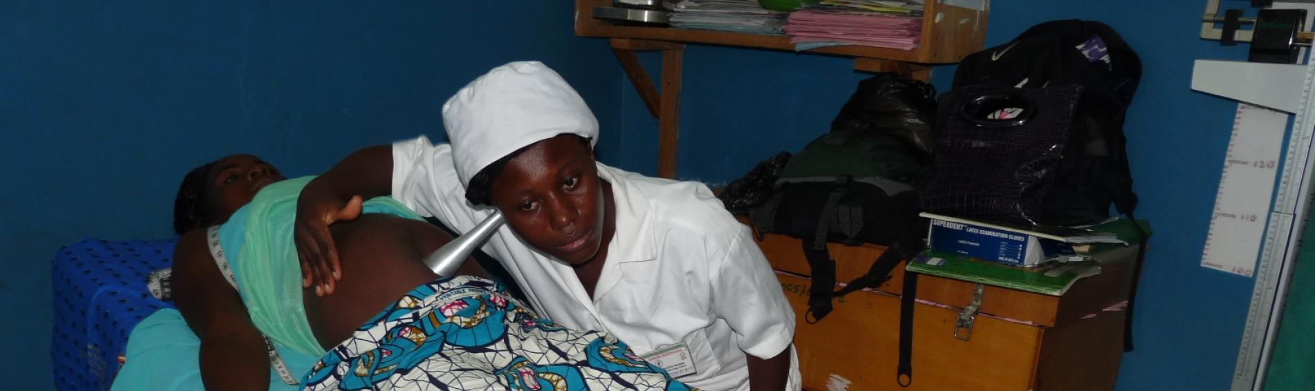 Hebamme versorgt junge Mutter in Togo. Foto: Ärzte der Welt