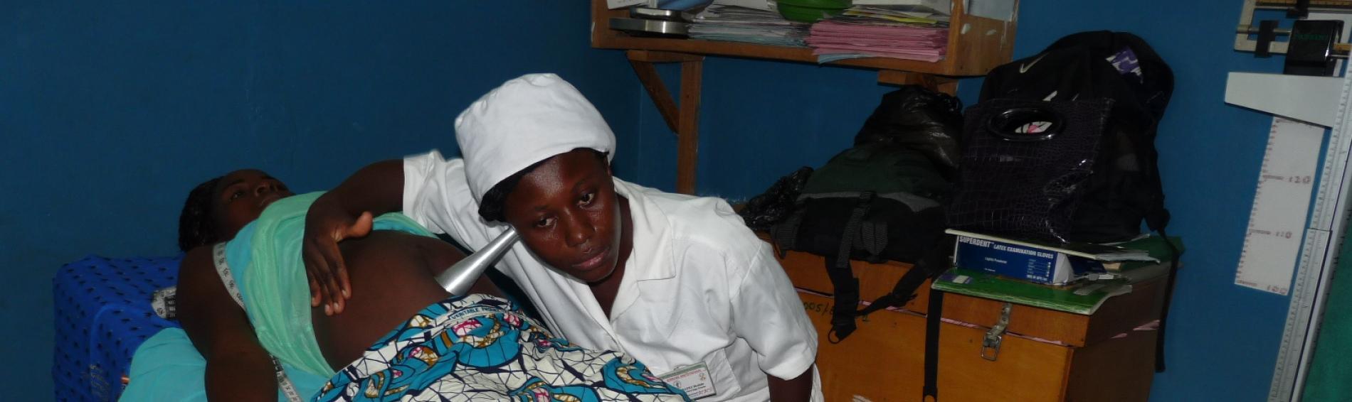 Hebamme untersucht Schwangere  in Togo. Foto: Ärzte der Welt