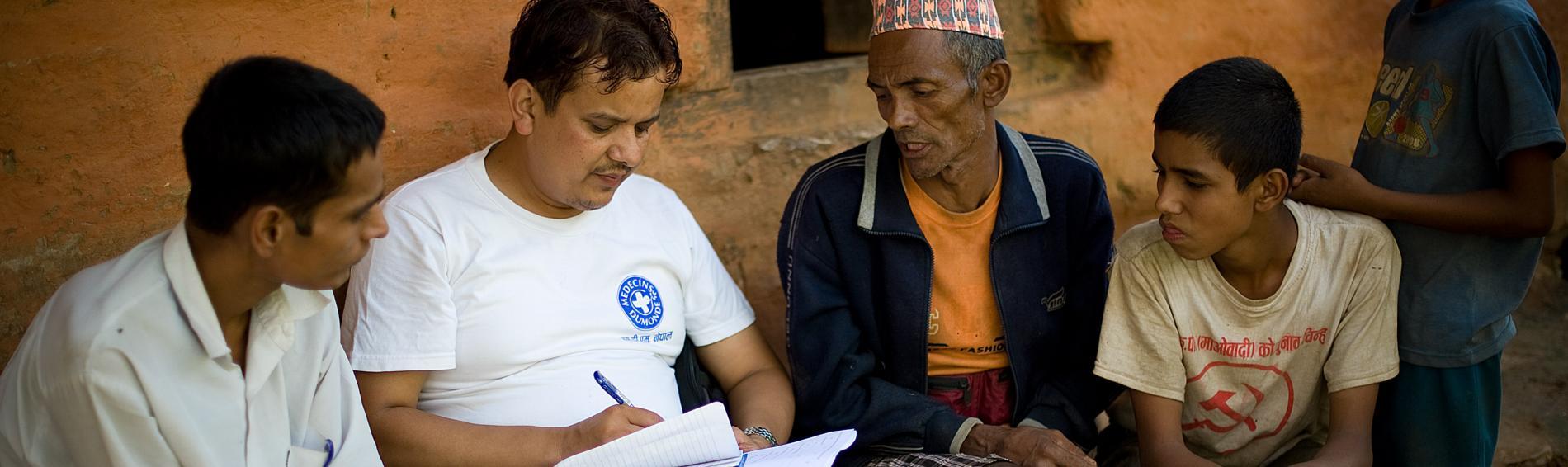 Ärzte der Welt Mitarbeiter im Gespräch mit Bewohnern eines nepalesischen Dorfes. Foto: Benoit Guenot