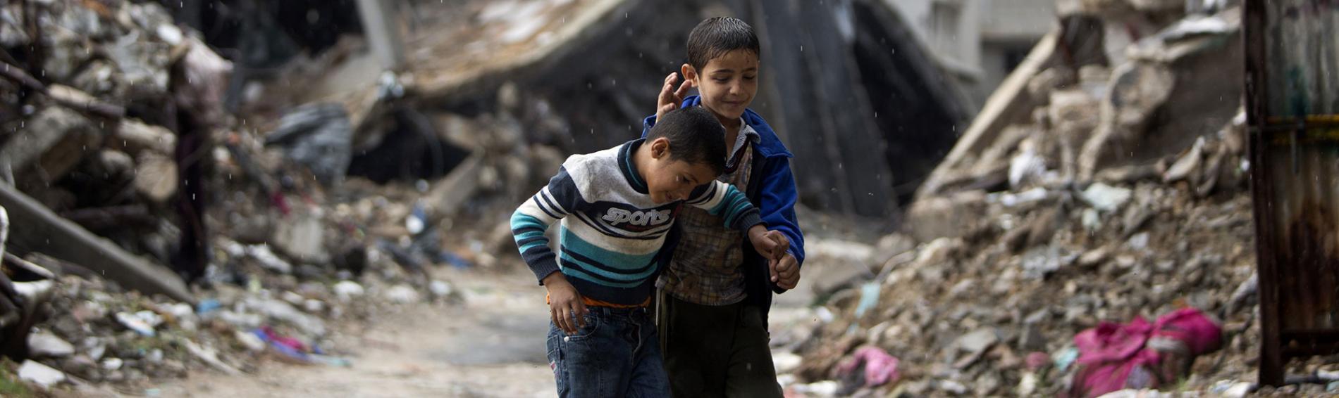 Spielende Kinder inmitten der Zerstörung, Gaza. Foto: Ibraheem Abu Mustaga, Reuters