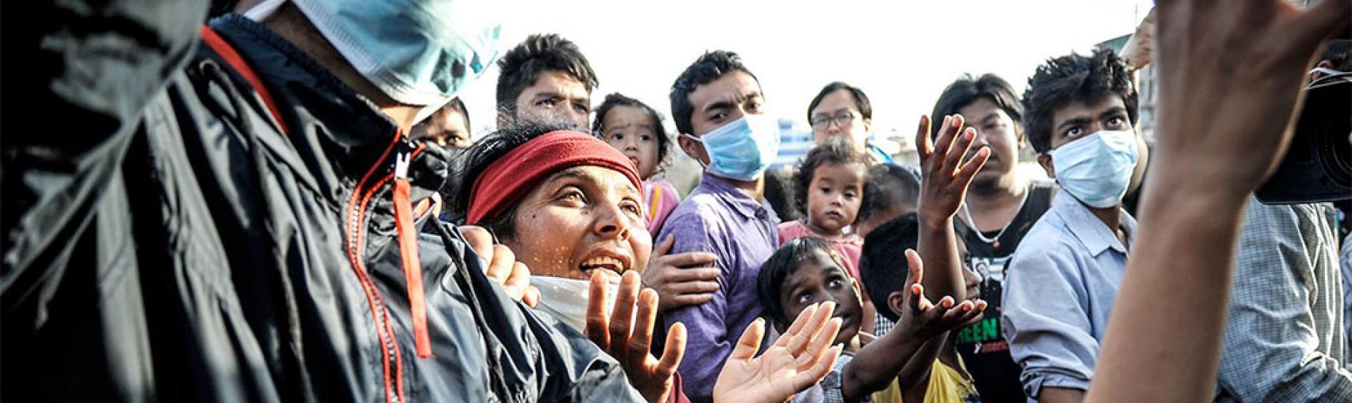Menschen warten auf die Ausgabe von humanitärem Material. Foto: Quentin Top