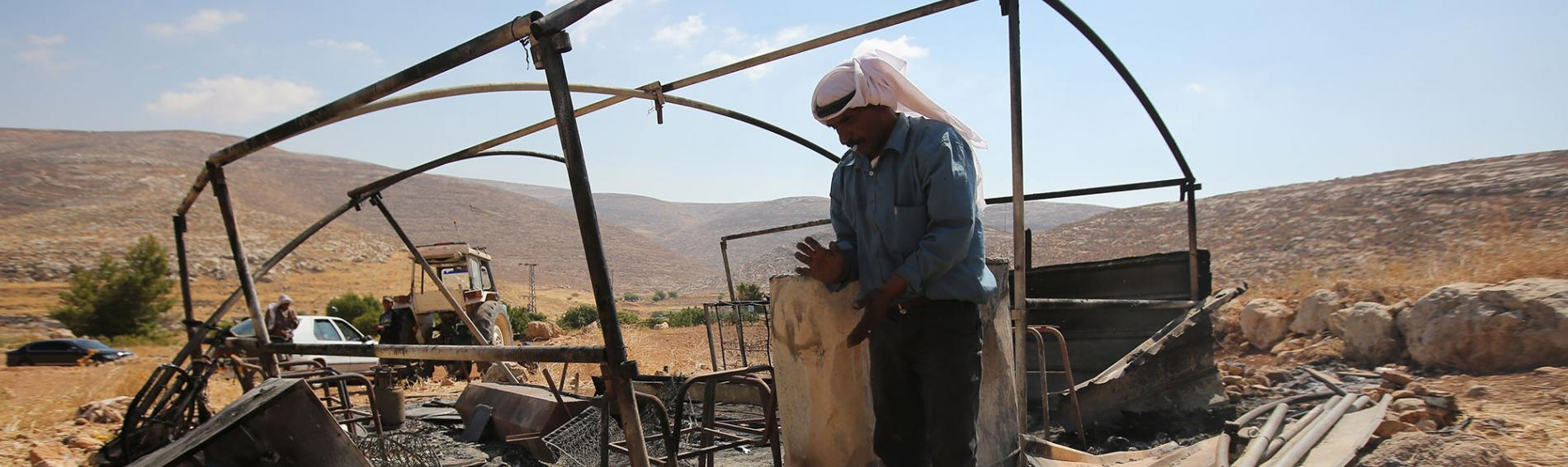 Ein Mann steht in Trümmern in den Palästinensischen Gebieten. Foto: Abbas Momani
