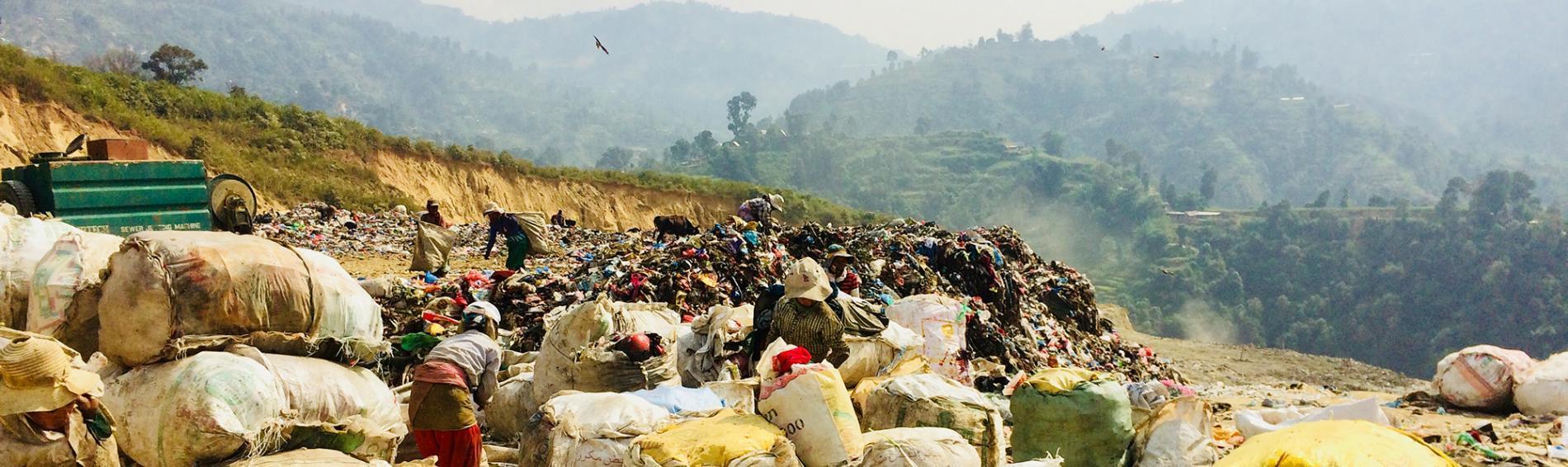 Viele Menschen leben vom Müllsammeln und -sortieren und riskieren dabei ihre Gesundheit. Foto: Ärzte der Welt