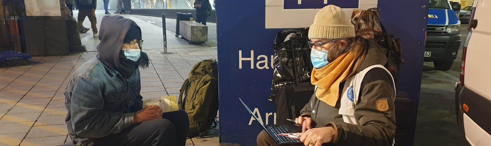 Ärzte der Welt-Mitarbeiter im Gespräch mit einem Patienten. Foto: Ärzte der Welt