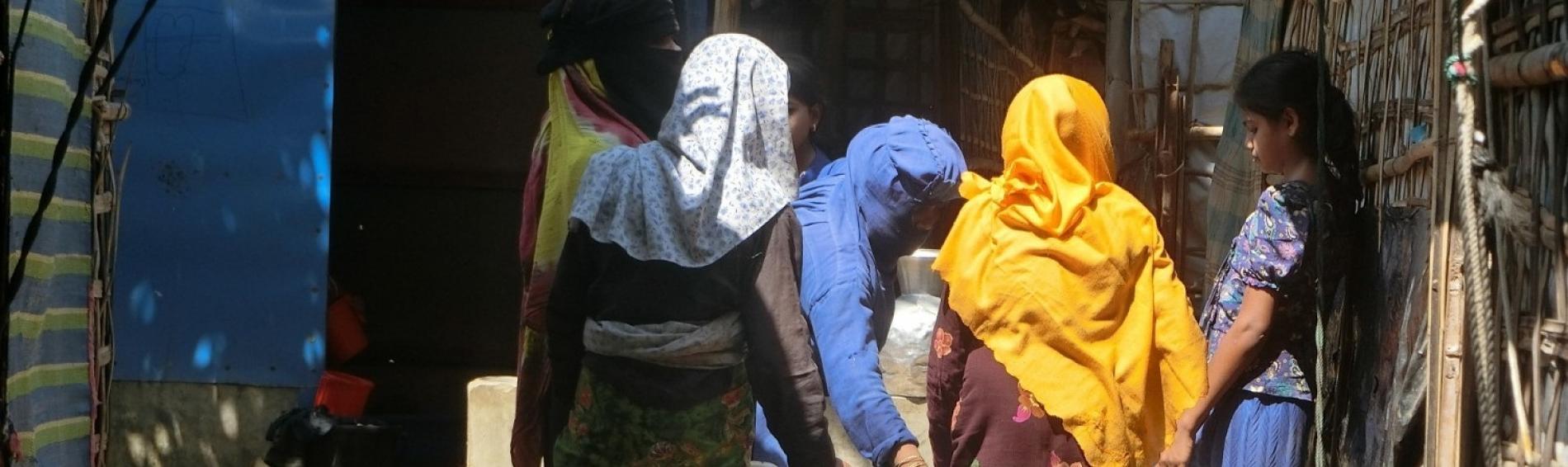 Rohingya-Frauen beim Wasserholen
