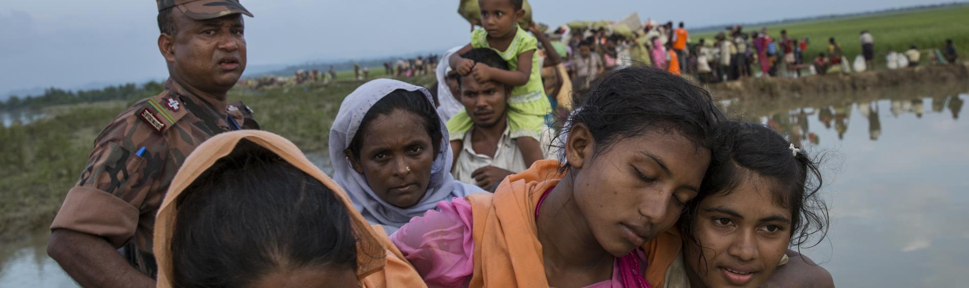 Rohingya auf dem Weg in ein Flüchtlingscamp in Bangladesch. Foto: Arnaud Finistre