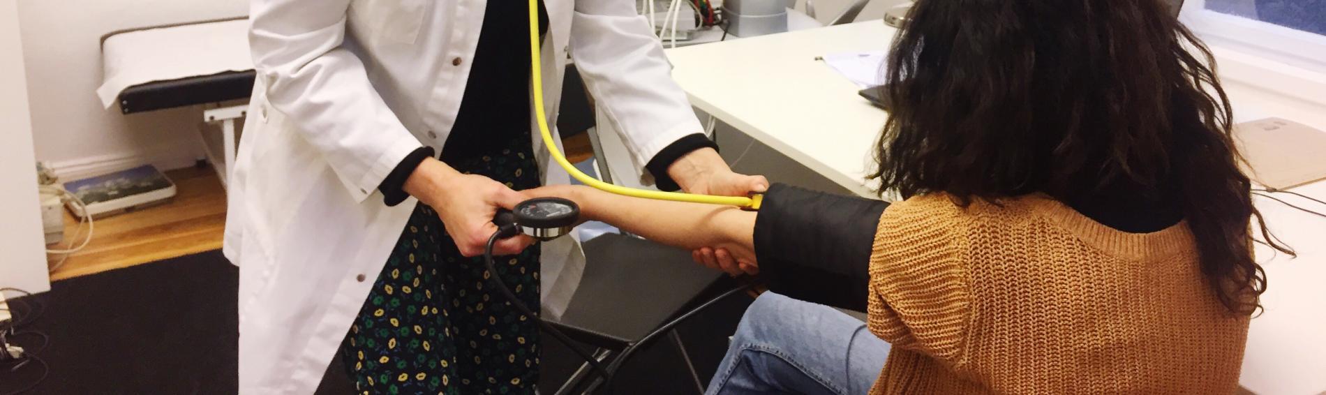 Ärtzin behandelt Patientin