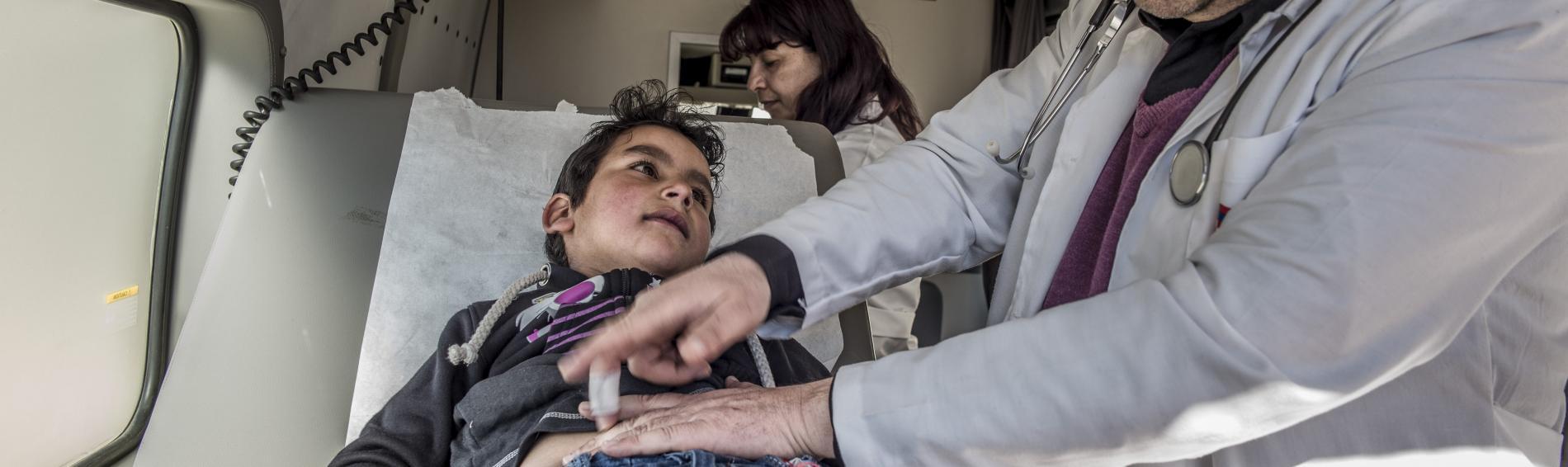 Arzt behandelt Flüchtlingskind im Libanon