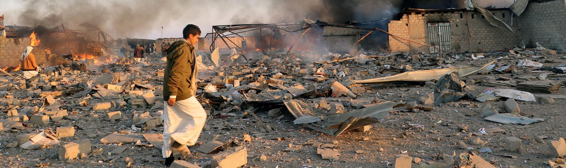 Ein jemenitischer Junge läuft über ein Trümmerfeld