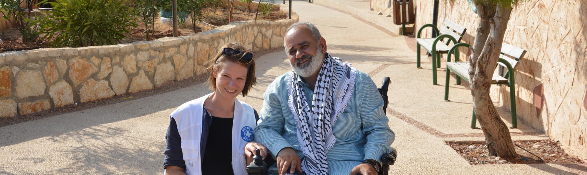Sami Subuh, Gemeinderat Dorfes Aqabah mit Ärzte der Welt-Mitarbeiterin Stephanie Kirchner