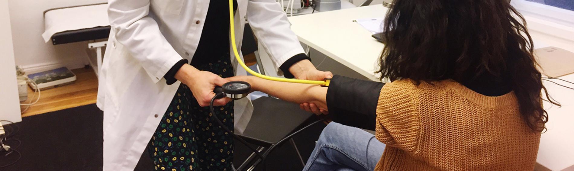 Ärztin behandelt Patientin in medizinischer Anlaufstelle