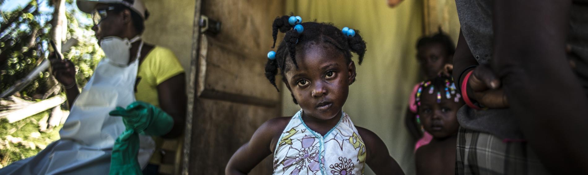 Ein kleines Mädchen schaut selbstbewusst in die Kamera