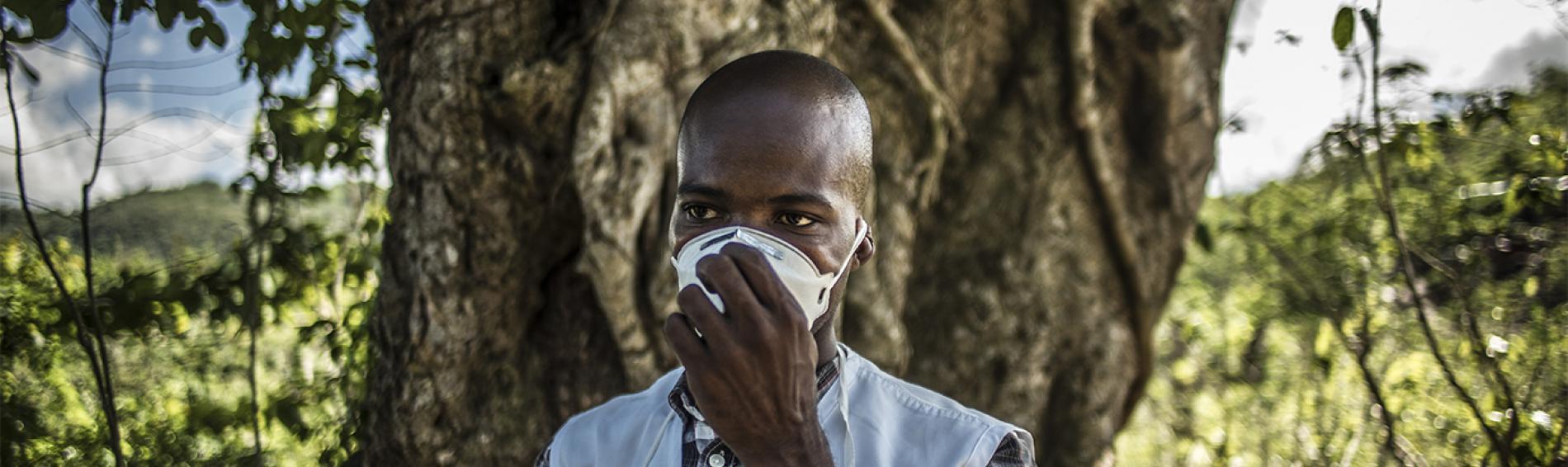 Ein Mitarbeiter von Ärzte der Welt mit Schutzmaske. Foto: Nicolas Fuchs