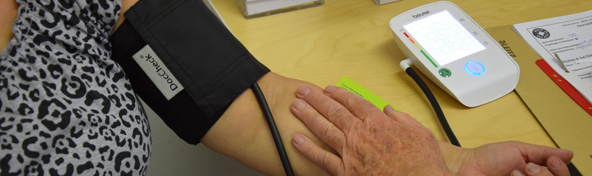 Ein Arzt misst den Blutdruck einer Patientin. Foto: Ärzte der Welt