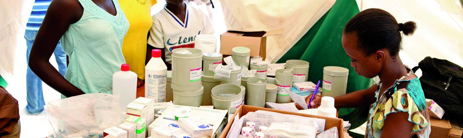 Auf Haiti werden Hygieneartikel und Medikamenten an Patientinnen ausgegeben. Foto: Ärzte der Welt