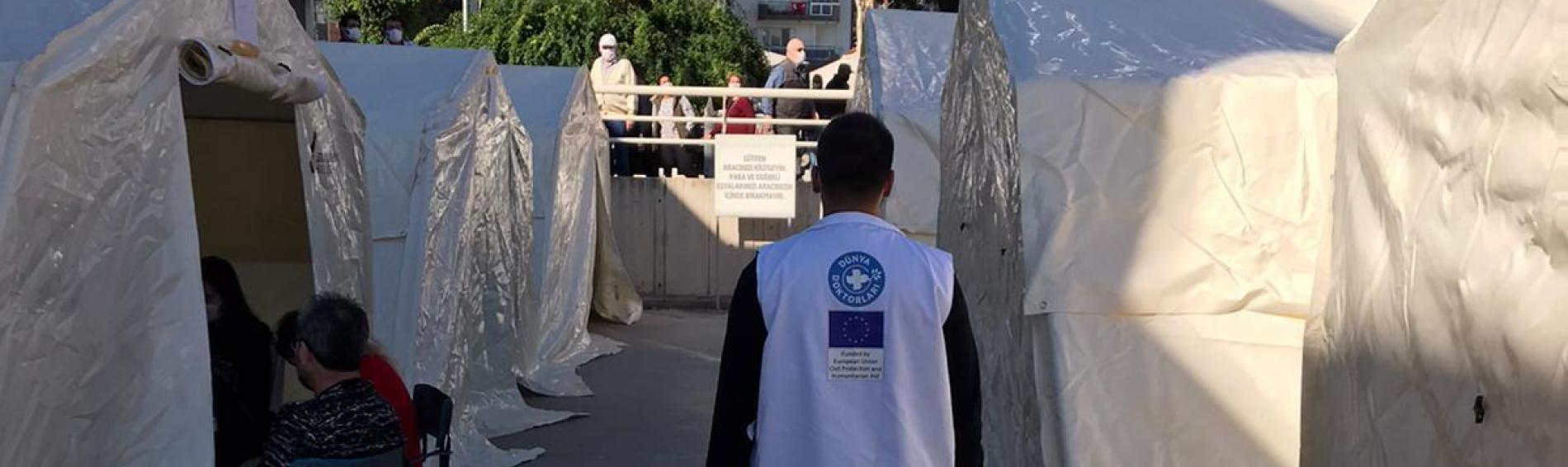 Menschen in Izmir wurden nach dem Erdbeben in Zelten versorgt. Foto: DDD / Ärzte der Welt Türkei