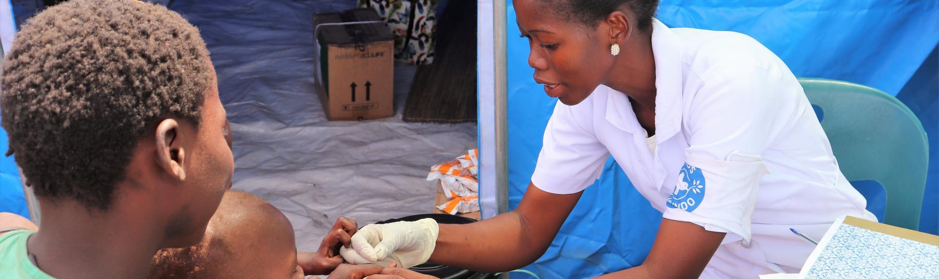 Eine Ärzte der Welt-Mitarbeiterin untersucht ein Kind in Mosambik. Foto: Ärzte der Welt
