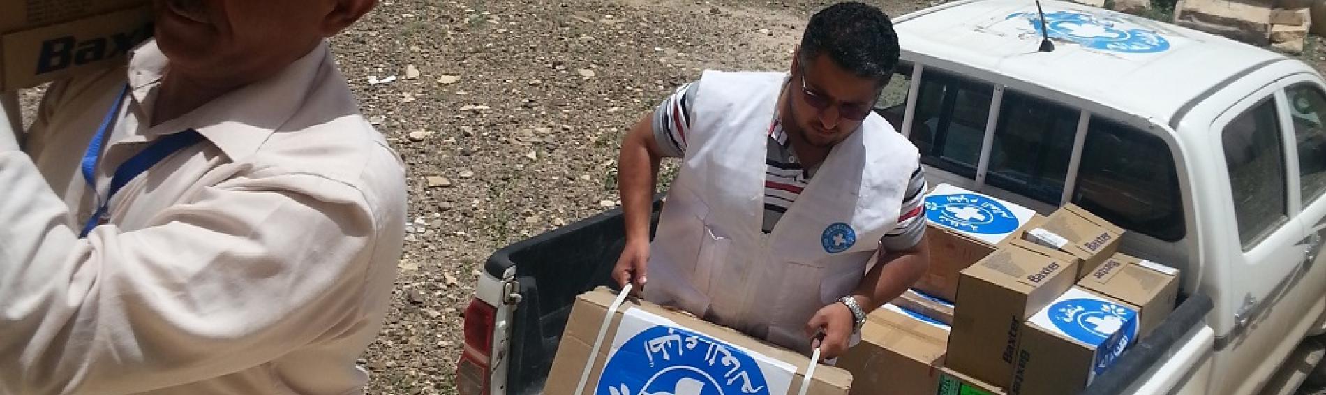 Ärzte der Welt-Mitarbeiter im Jemen entladen einen Lieferwagen