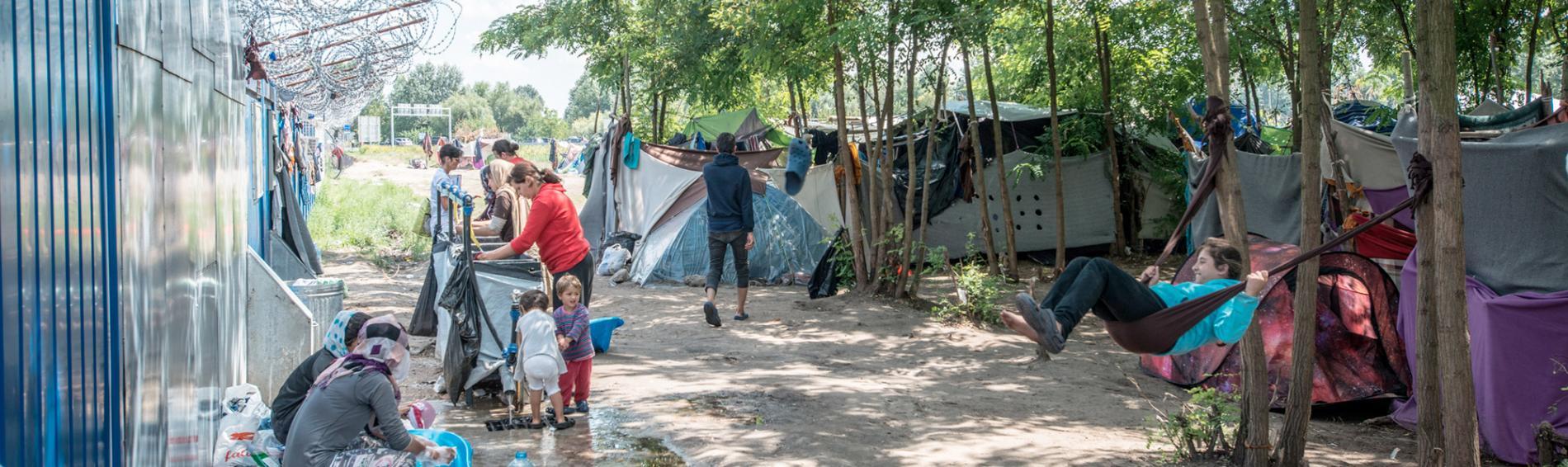 Familien haben an der ungarischen Grenze nur begrenzten Zugang zu Wasser. Foto: Guillaume Pinon