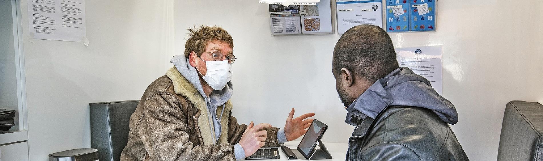 Ein Arzt von Dokters van de Wereld berät einen Patienten. Foto Dokters van de Wereld