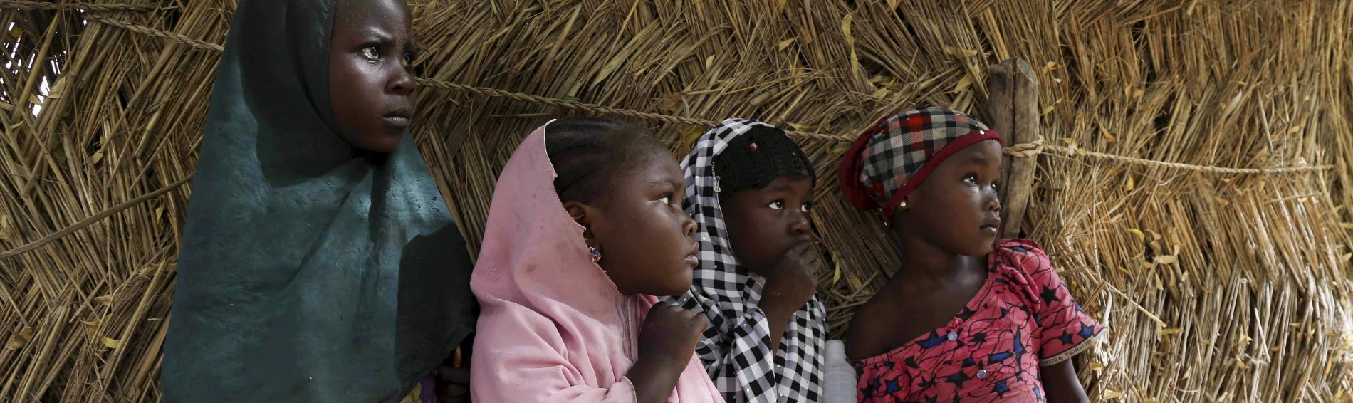 Hungernde Mädchen in Nigeria warten auf Hilfe. Foto: Reuters
