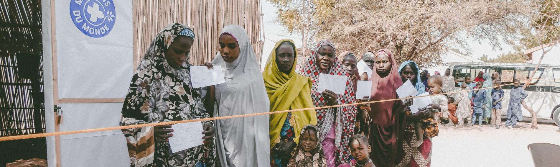 Frauen in Nigeria warten vor Behandlungszentrum. Foto: Ärzte der Welt
