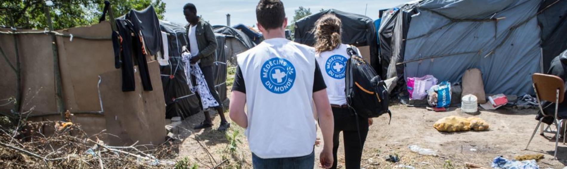 Ehrenamtliche Helfer im Dschungel von Calais. Foto: Olivier Papegnies