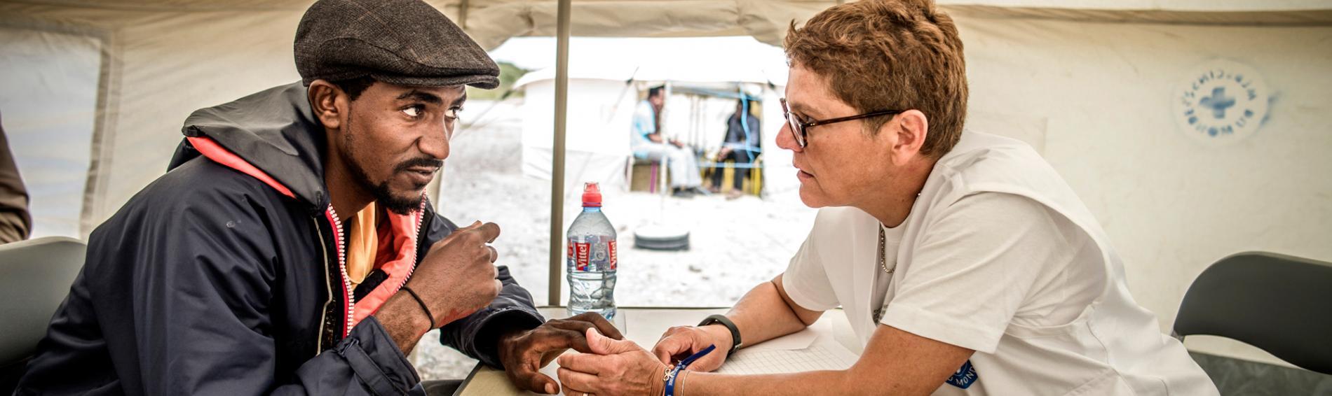 Behandlung eines Geflüchteten im Camp in Calais