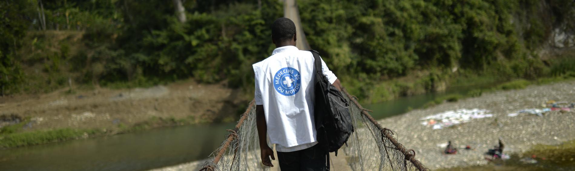 In Haiti überquert einen Ärzte der Welt Mitarbeiter der Fluss Grand'Anse. Foto: Benoit Guenot