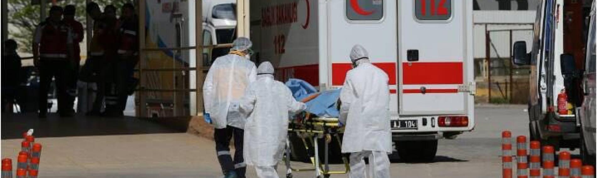 Rettungssanitäter bringen Schwerverletzte in die türkische Grenzstadt Reyhanli.